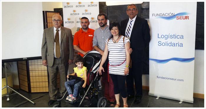 Dos niños de Zaragoza reciben ayuda con los tapones de Fundación SEUR